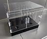 Plexisklová vitrína osazená čirými panty, zarážky proti samovolnému otevírání a madli