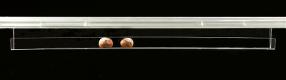 Plastová polička z plexiskla určená do POS systémů