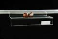 Plastová polička s držákem na reklamu určená do nosných POS systémů